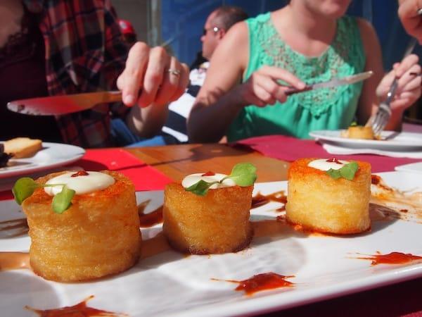 """Hier genießen wir gute Tapas in der """"Taverna do 8 a 80"""" direkt an der Promenade von Nazaré."""