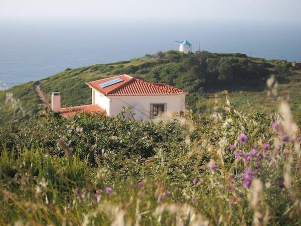 ... darunter mein persönlicher Favorit, der Anblick dieses schmucken und verträumten Häuschens gleich über den Klippen der Küste Portugals. Sooo schön - einfach zum Dahinträumen und Genießen.