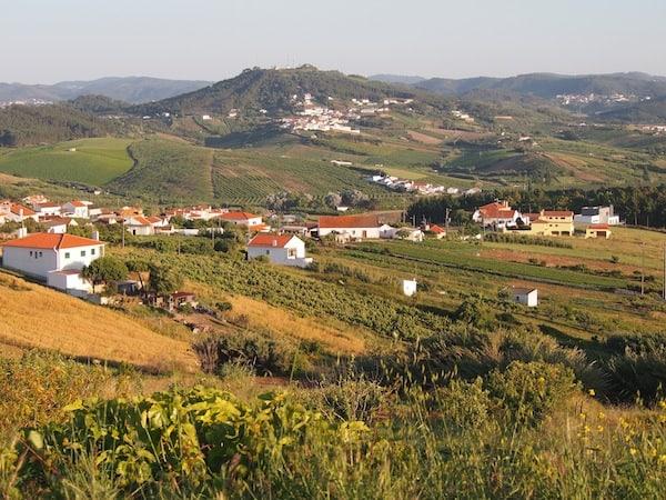 ... offenbart uns Portugal liebreizende Landschaften wie hier: Blick auf kleine Dörfer, Weinberge und Felder die denen der Toskana (oder Südsteiermark?!) ähneln.