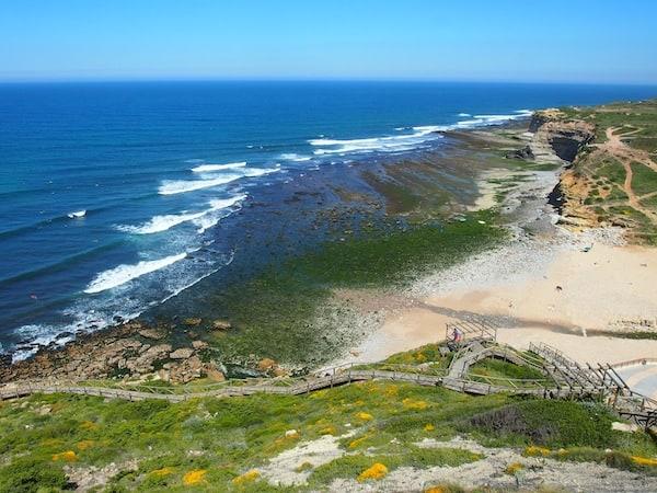 ... und auch die Küste, an der wir unser Surfcamp aufgeschlagen haben, ist vielversprechend ...