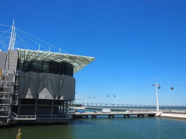 """Das Oceanario liegt direkt am Expogelände von Lissabon, mit Blick auf die berühmte Flusspromenade mitsamt ihrer """"Flussgondel""""."""