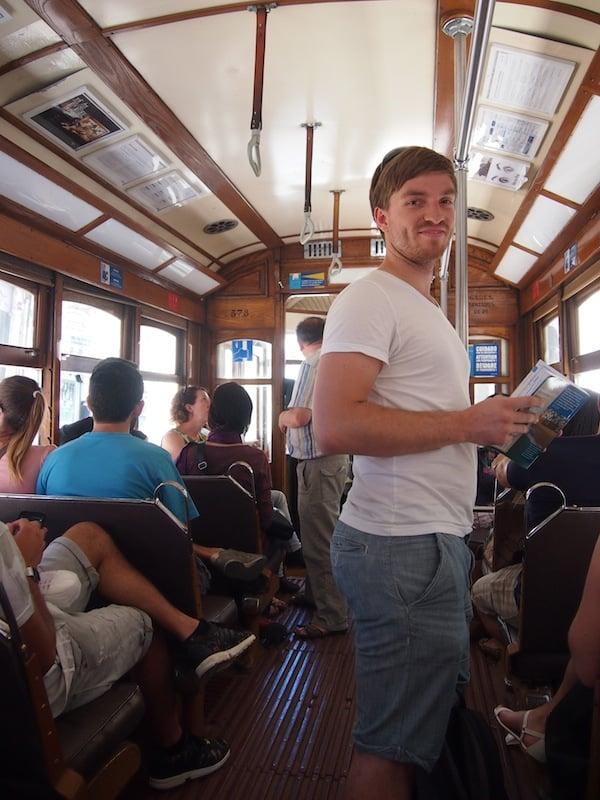 """... dieser schmucken (Altstadt)Tram, Linie 28 welche in einer """"romantischen Runde"""" die Hügeln Portugals erklimmt."""