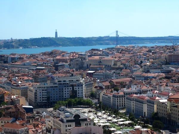 Vom selben Aussichtspunkt erschließt sich der Blick über die Stadt bis zur Brücke über den Fluß Tejo, welcher direkt dahinter ins Meer mündet ...