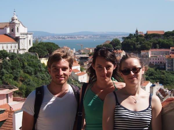 ... den ich hier mit meinen Freunden verbringen darf: Gemütlich überblicken wir die Stadt Lissabon.