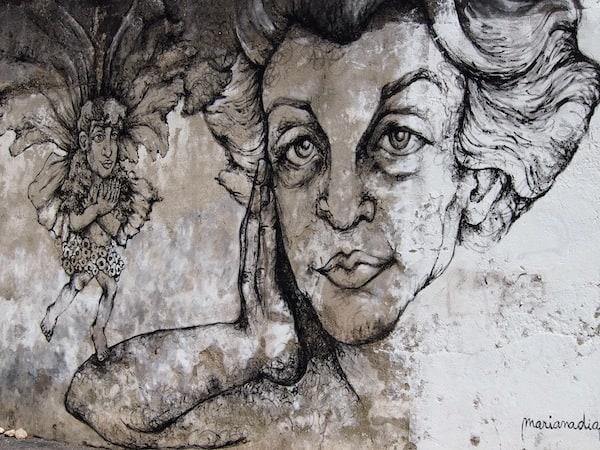 """... vorbei an Streetart Graffiti, der der berühmte Wehklang des portugiesischen """"Fado"""" bereits ins Gesicht geschrieben steht ..."""