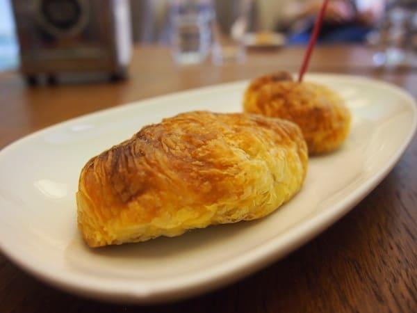 """Wir starten unsere Besichtigung im erst vor kurzem eröffneten """"Loja Dos Pasteis de Chaves"""". Hier haben sich die Besitzer kreativ wie kulinarisch verwirklicht, und servieren ausschließlich ofenwarme, handfrisch gebackene Blätterteigtaschen mit süßen wie pikanten Füllungen. Ein Traum!"""