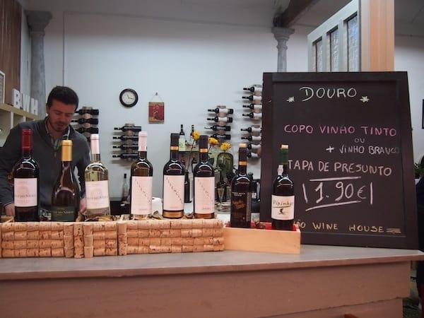 """Dort erwartet uns diese reizende Zwischenstation, das """"Bolhao Wine House"""", in dem wir die einzigartige Geschichte seiner Besitzer hören die sich trauten in einer traditionellen Markthalle etwas völlig Neues zu schaffen."""