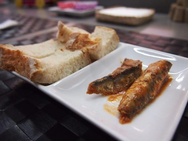 Neben all den Geschichten bleibt selbstverständlich auch hier die Verkostung typischer Speisen, wie Brot mit Sardinen, nicht aus ...