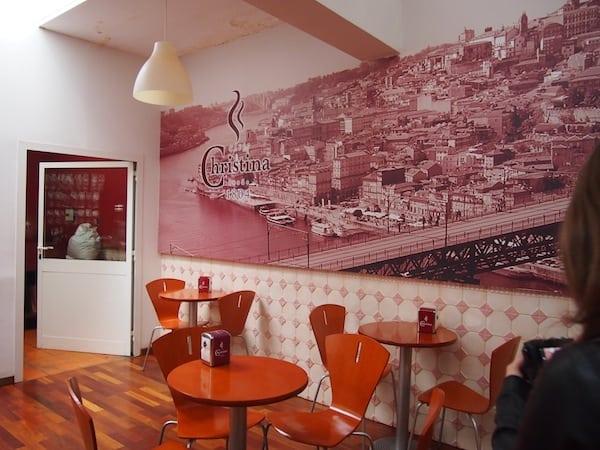 Bei all den süßen Köstlichkeiten und Verführungen darf auch eine gute Tasse Kaffee nicht fehlen: Wir stoppen im traditionellen Café Christiana, welches seit über 200 Jahren in der Stadt Porto besteht ...