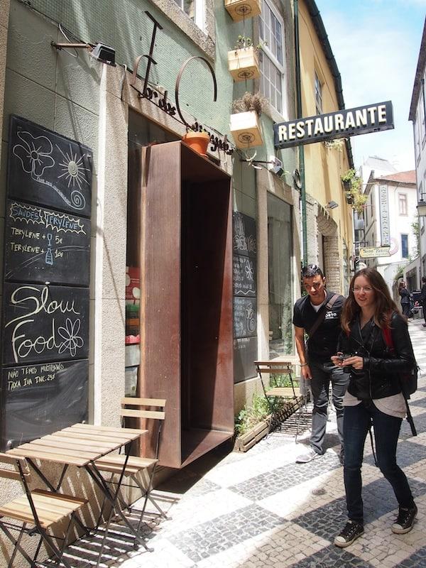 """... und werden erneut von André zu Tisch gebeten: Nach all den Häppchen heißt es Mittagessen im Slow-Food Restaurant """"Flor Dos Congregados""""."""