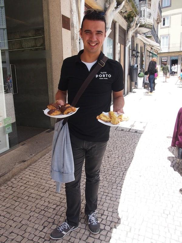 """Unser guter André, glücklich uns köstliche kleine Eclairs zu servieren. """"Dies ist nur die Probier-Größe"""", lacht er und serviert uns üppige Portionen. """"Portugiesen lieben es, gut aufzutischen!"""""""