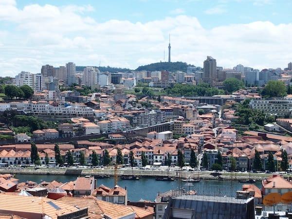 ... genießen traumhafte Ausblicke über Porto und die Portwein-Kellerein am gegenüberliegenden Ufer des Flusses Douro ...