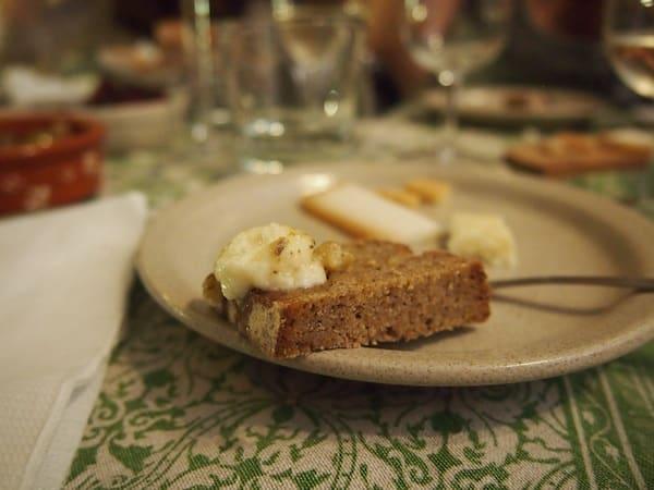 Dazu herrlicher Käse von ausgesuchten Bauern im ganzen Land serviert, warm und würzig direkt aus dem Ofen frisch am Brot ...