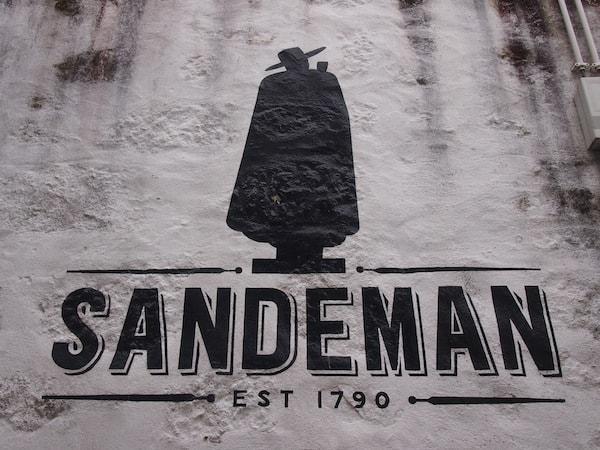 ... befinden sich die berühmten Portweinkellereien, wie die international bekannte Kellerei Sandeman.