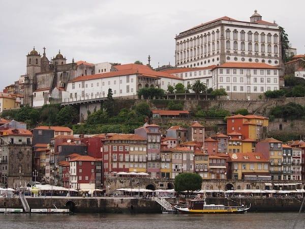 Am Flussufer des Douro, mit Blick auf die Altstadt von Porto ...