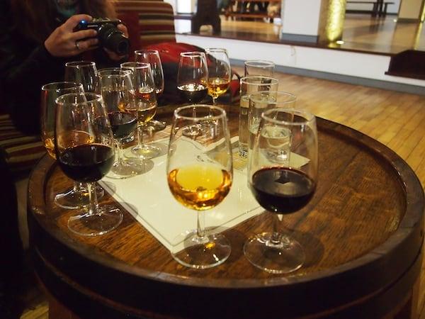 Wusstet Ihr, dass bei der Erzeugung von Portwein dem gärenden Most Brandy zugeführt wird, was den Alkoholgehalt des fertigen Portweins erhöht und gleichzeitig die Gärung stoppt, sodass mehr Restsüße im Wein verbleibt?! Faszinierendes zur Entstehung von Portwein ...
