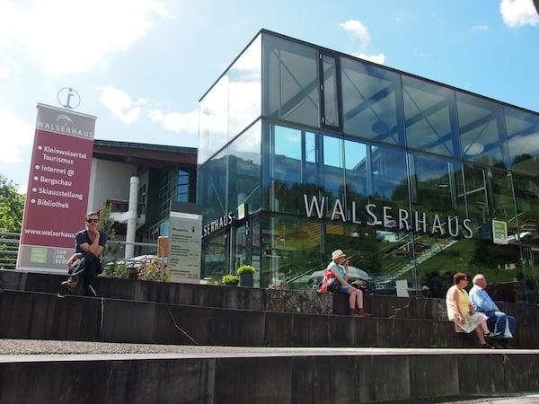 """Das """"Walserhaus"""" ist als Besucherzentrum einladend mitten im Ort des romantischen Bergtales gelegen. Hier finden wir Informationen in Hülle und Fülle, sowie attraktiv aufbereitet."""