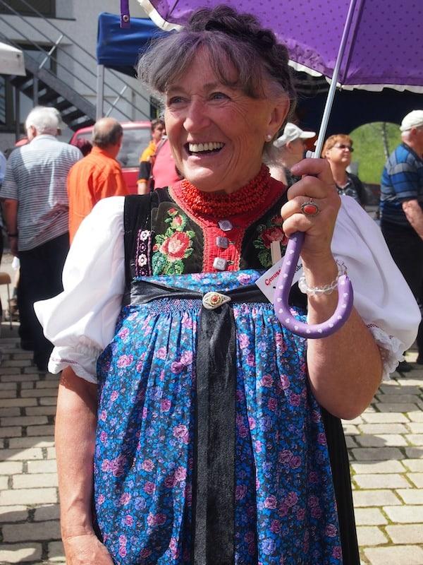 Auftakt zum GenussMarkt am Hauptplatz von Hirschegg im Kleinwalsertal: Ulli von der Walserstuba begrüßt uns in ihrer traditionellen Walser Tracht.