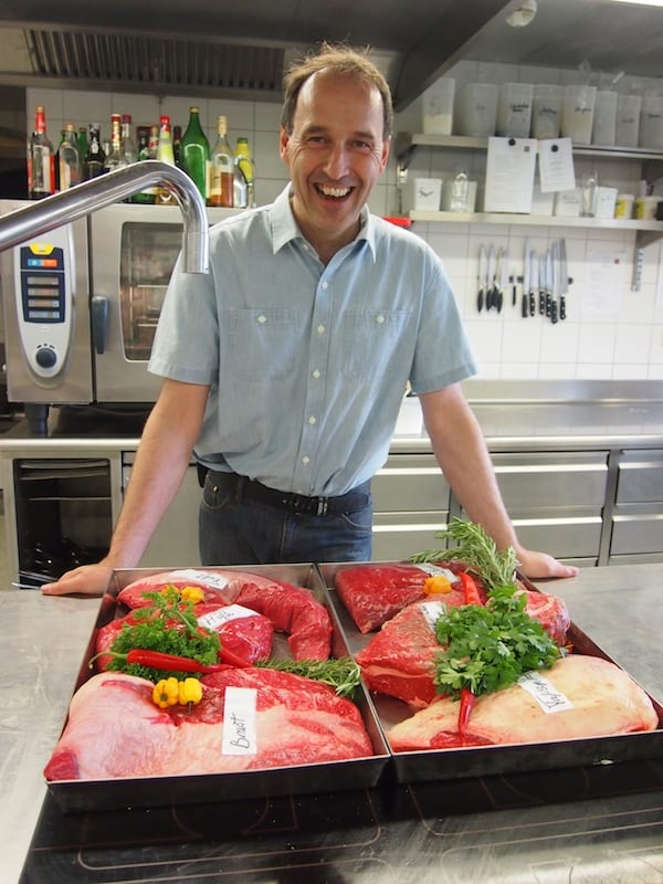 Glücklich ist, wer gut lachen hat: Am Beginn unserer GenussWanderung besuchen wir Genuss-Gastwirt Max im Hotel Restaurant Alte Krone. In seiner Küche werden ausschließlich regionale Fleischteile von Walser Rindern verarbeitet.
