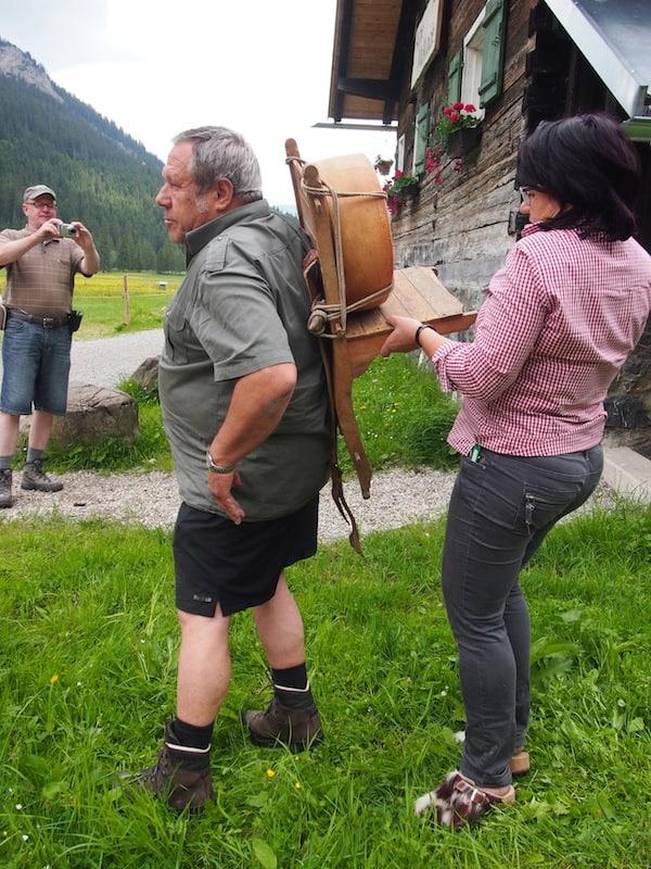 """Wenig später ist sie erneut in Aktion, wenn es darum geht gemeinsam mit ihrem Kollegen Diethelm das Anlegen traditioneller """"Käserucksäcke"""" im Kleinwalsertal zu demonstrieren ..."""
