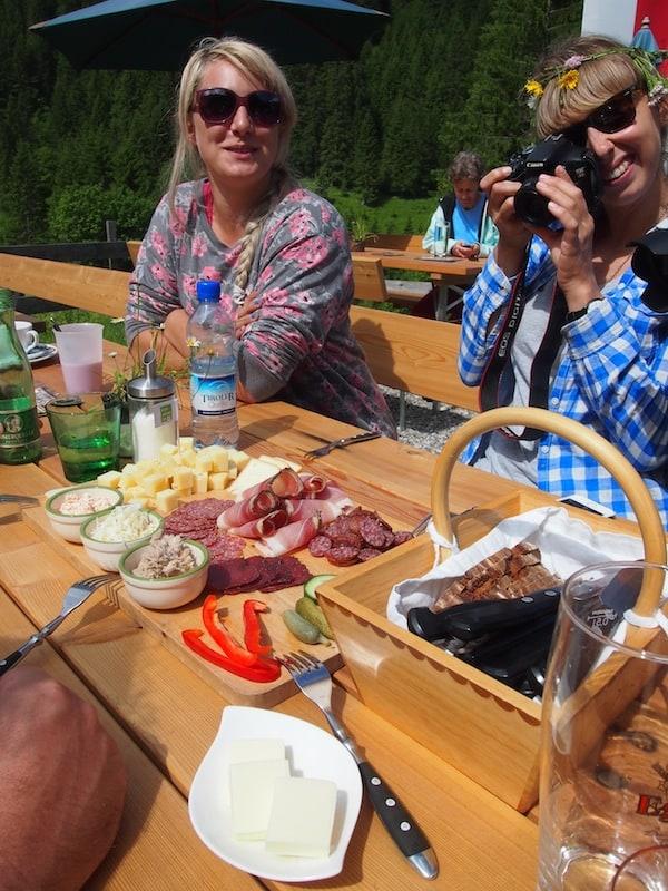 ... und schlemme mit meinen Mädels zum zweiten GenussHütten Frühstück am Morgen - auf über 1.300 Meter Seehöhe schmeckt einfach alles besser.!