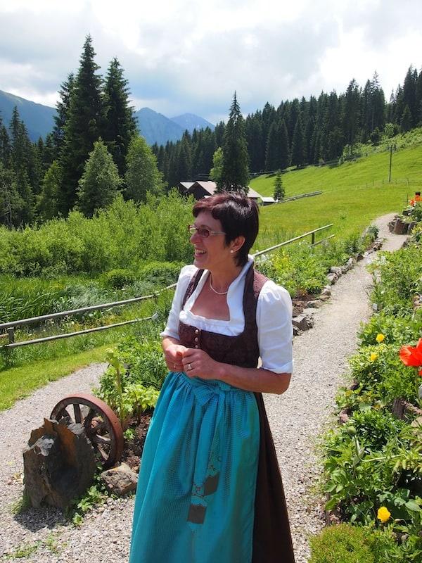Last but not least steht noch ein Besuch dieser charmanten Dame auf dem Programm: Christine Keck und ihre einzigartiger Kräutergarten mit weit über 400 Sorten, die sie hier zum Blühen und zum Verarbeiten umsorgt!