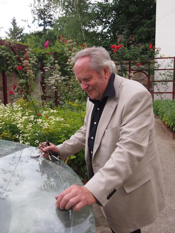 Hier begrüßt uns der liebenswerte und charmante Josef Bauer zu einer Gartenführung der ganz besonderen Art ...