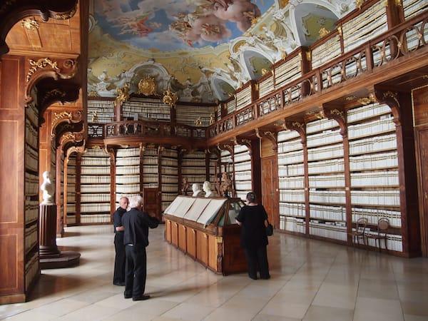 """... das Stift selbst bietet weiters eine sehr imposante Stiftsbibliothek - hier kommen Leseratten wie ich in den """"siebten Himmel"""" und geraten ins Schwärmen ..."""
