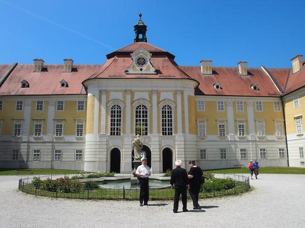 Das Stift Seitenstetten im niederösterreichischen Mostviertel begrüßt uns ebenso imposant wie zahlreiche weitere Klöster und Stifte Niederösterreichs.