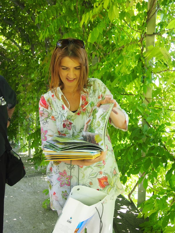 ... von unserer charmanten Führerin lernen wir alles Wissenswerte rund um den historischen Stiftspark in Melk ...
