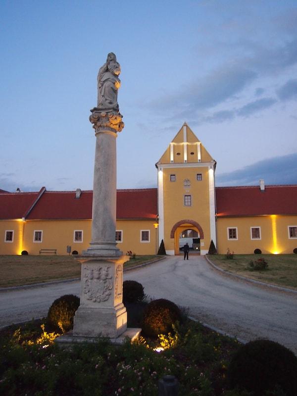 Als Nächtigungsmöglichkeit bietet sich das wunderschön restaurierte Ambiente des Kunst & Kultur Seminarhotel Geras sowie des Vierjahreszeiten-Retreat Waldviertel an ...