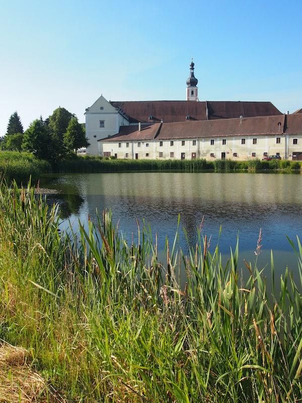 Ankommen im Stift Geras: Das nördliche Waldviertel ist geprägt von Ruhe & Kraft spendenden Landschaften wie diesen.