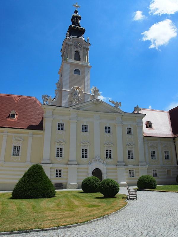 Das imposante Stift Altenburg zur Begrüßung an einem strahlend schönen Sommertag.