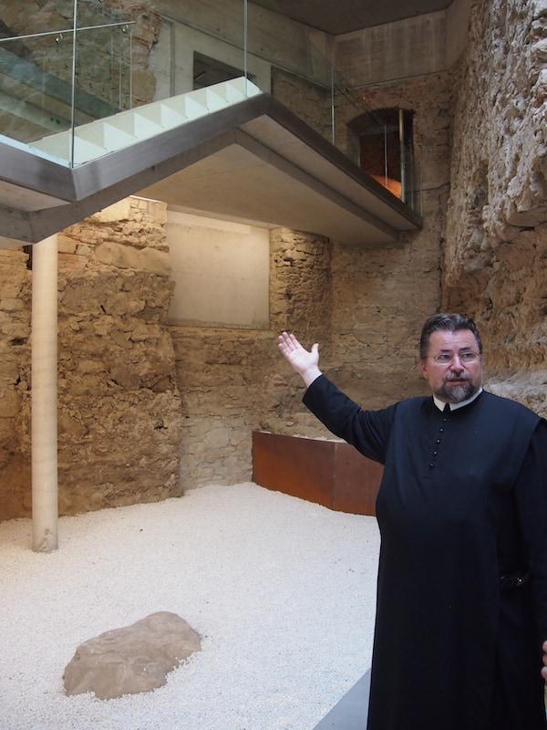 Pater Michael, hier in seiner ganzen Dynamik zu sehen, führt uns voller Elan durch sein Stift - sowie quer durch die Geschichte dieses einmaligen Ortes.