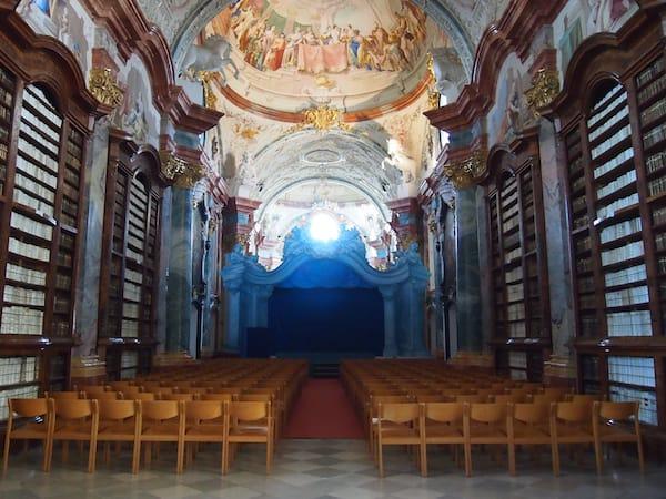 Auch heute noch wird beispielsweise die gewaltige Bibliothek mit imposanten Fresken Paul Troges für Konzerte und Aufführungen genutzt.