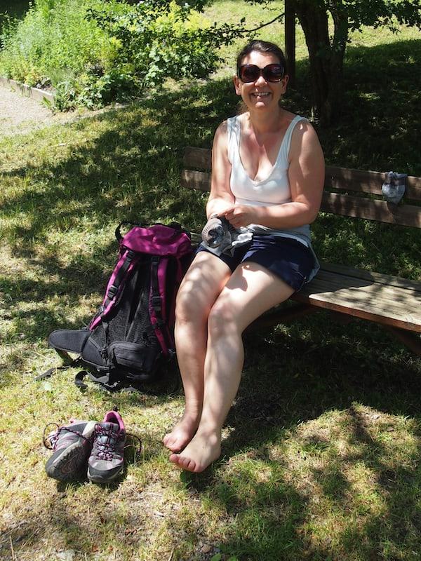 Pilgergefährtin Tanja beim erfrischenden Fußbad unterwegs: An der Kneippkurtretanlage im kleinen Ort Hainfeld geht es uns schon wieder besser .. !