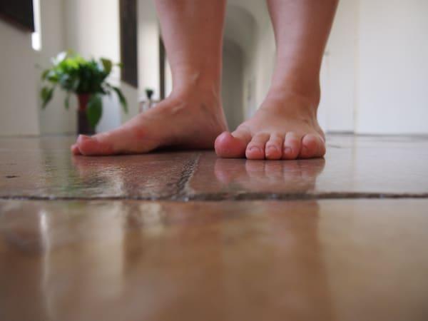 """An diesem Abend """"feiern wir unsere Füße"""": Fast 50 Kilometer haben wir hier schon zurückgelegt, zur Belohnung gibt es den """"Spa Walk"""" auf dem kühlen Steinboden des altehrwürdigen Stiftes."""
