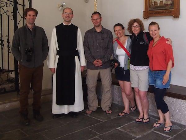 Den Pilgersegen spendet uns Pater Pius im Stift Lilienfeld, bevor es zur dritten Tagesetappe entlang der Via Sacra im Mostviertel geht.
