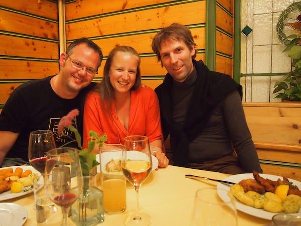 ... können wir eigentlich nur mehr grinsen: Meine Pilgerjungs Hubert (links) und Oliver (rechts) zusammen im Hotel Zum Kirchenwirt von Mariazell.