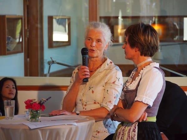 Besonders in Erinnerung geblieben ist mir die charmante Adelheid Picha, welche uns von der Kulturinitiative ARCHE Grundlsee berichtet - und wie schön es dort just jetzt zur Sommerfrische in den Bergen sei.