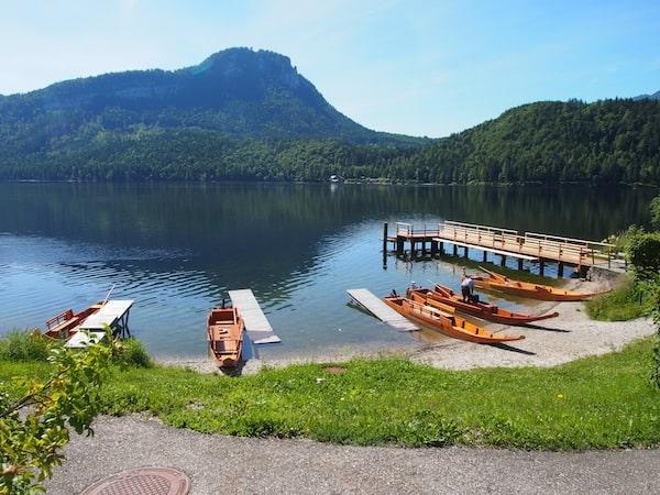 """Am malerischen Bergsee von Altaussee erwarten uns die typischen """"Plätten"""", mit denen wir gleich """"in See"""" stechen werden ..."""