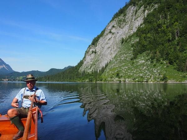 Und schon geht's los: Während der Fahrt über den Altausseersee erzählt uns Herbert Stocker alles Wissenswerte zur Region und seiner Tätigkeit als Berg- und Flugretter im Ausseerland - eindrucksvolle Schilderungen ...