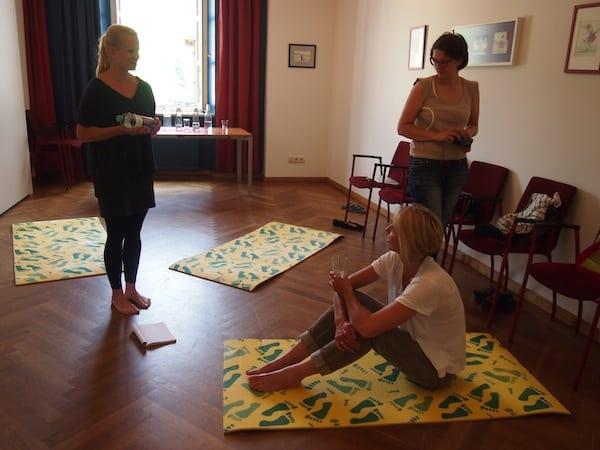 ... und auch Ines Kratzmüller tut ihr Bestes im anschließenden Stimmentwicklungs-Workshop in entspannter Atmosphäre ...