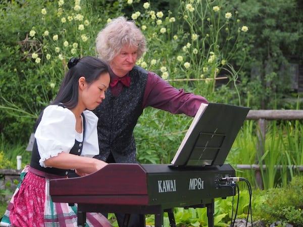 ... wie auch hier, in der freien Natur des Konzert im Alpengarten nahe der Stadt Bad Aussee, deutlich wird.