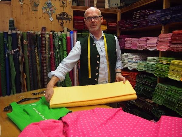 Glück beim Reisen, das: Eine Begegnung mit Peter Veigl in seinem Handwerksbetrieb des Ausseer G'wand in Bad Aussee. Seit über 23 Jahren beschäftigt er sich mit dem Ein- und Verkauf erlesener Stoffe und schneidert Dirndl zusammen mit seinem Team ...
