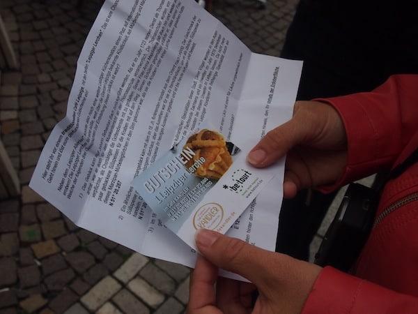 """Wenig später finden wir, dank GPS, ein weiteres """"Schnitzel"""" auf unserer Reise durch Leipzig: Gutscheine für leckere Lerchen !!"""