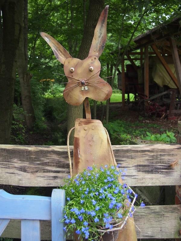 Willkommen: Dieses zarte Häschen steht am Beginn unserer Heide-Biber-Tour im Sächsischen Burgenland und begrüßt uns im Museumsdorf von Bad Düben.