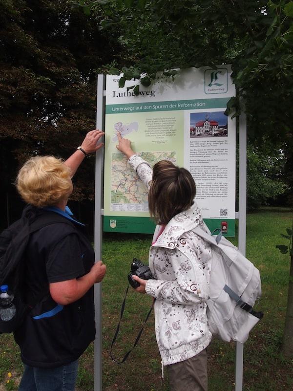 Unterwegs erklärt uns Karin alles Wissenswerte rund um den Weg und seine Geschichte, beispielsweise dass hier Martin Luther aus dem nahe gelegenen Wittenberg auch öfters unterwegs war.
