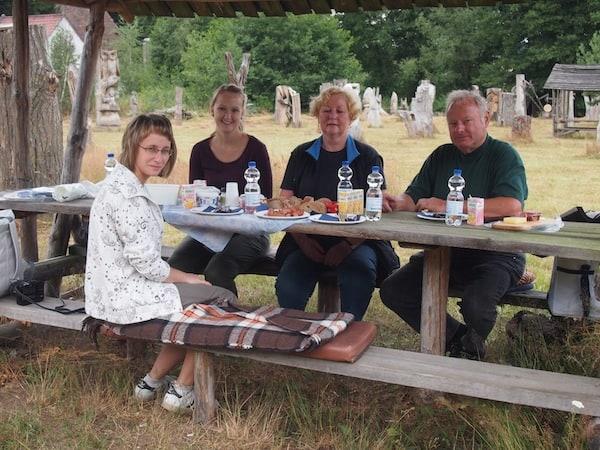 Hier erwartet uns Eckwert, Karin's Mann mit einem köstlichen Picknick inmitten des Skulpturenparks!