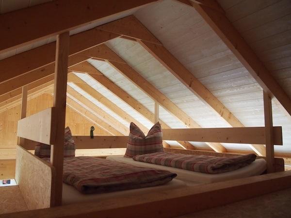 Hier schlafe ich in einem sehr gemütlichen, modern eingerichteten Ferienhaus das Platz für bis zu vier Personen bietet.